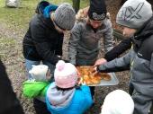 Die Kinder bedienen sich beim Königskuchen